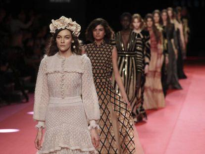 Las modelos del desfile de Teresa Helbig, en Madrid, este viernes.