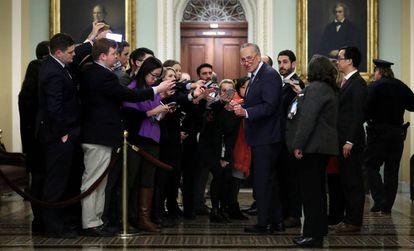 Chuck Schumer, líder de la minoría demócrata del Senado, junto a varios periodistas.
