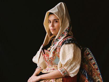 Estela Corrochano, vecina de Lagartera (Toledo), con un traje colorado de camisa de ras, pañuelo de algodón y la característica falda local de capas superpuestas a las que llaman guardapieses.