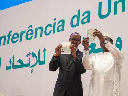 Presidente Kagame de Ruanda y Deby de Chad muestran sus pasaportes africanos durane la inauguración de la 27 Cumbre de la Unión Africana en Kigali / KMA Updates