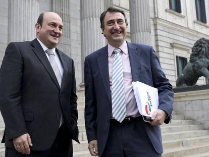 El presidente del PNV, Andoni Ortuzar (i), acompañado por el diputado de su partido Aitor Esteban, frente al Congreso.