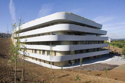 El edificio del BCC, en el Parque Miramón de San Sebastián, cuyo diseño simula platos apilados.