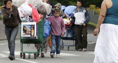 Familias gitanas abandonan un campo ilegal en el norte de Francia, en 2012.
