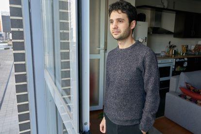Julen Pineda, en su casa de Vitoria, donde pasó solo el confinamiento.