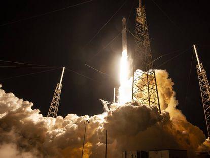 Un cohete Falcon 9 de SpaceX despega en la misión CRS-17.