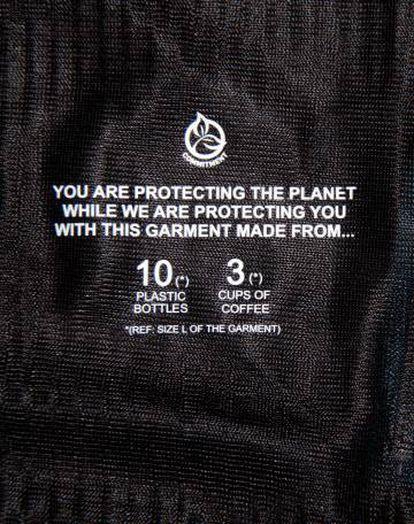 Inscripción en una de las prendas de Ternua que indica a cuántos residuos equivale el material reciclado usado en su confección.