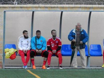 Ayoub El Khazzani, el primero por la izquierda, en el banquillo de su equipo de fútbol en Algeciras en 2015.