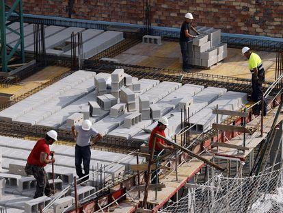 Trabajadores de la construcción en las obras de un edificio en Bilbao, la semana pasada.