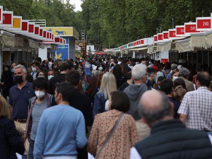 Visitantes acuden el miércoles 22 de septiembre a la Feria del Libro de Madrid, en el Paseo de Coches del Retiro.