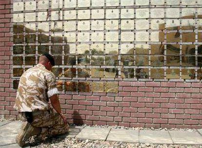 Un soldado británico se despide ante las placas dedicadas a los caídos de la 20 Brigada Acorazada, en la base de Basora.