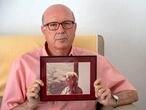 DVD1070 (08/09/2021) Miguel Vázquez, presidente de la asociación Pladigmare, posa con una foto de su madre en su casa en San Sebastián de los Reyes en Madrid. ANDREA COMAS