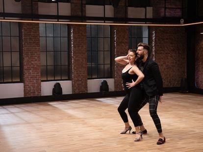Dos concursantes bailan en el primer programa de 'The Dancer'.