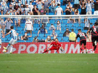 Oyarzabal transforma el penalti de la victoria de la Real.