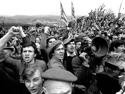 Indignación por los sucesos de Montejurra (Navarra) en 1976. Un enfrentamiento entre carlistas acabó con un muerto y cuatro heridos.