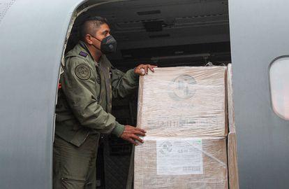 Un integrante del Ejército mexicano alistando el cargamento de vacunas en el Aeropuerto Internacional de la Ciudad de México.