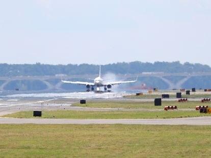 Un avión comercial aterriza en el aeropuerto Nacional Reagan en Arlington, Virginia.