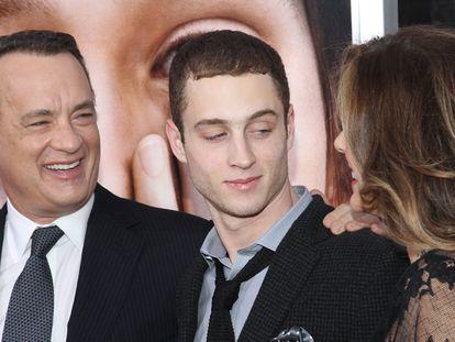 Tom Hanks y Rita Wilson rodean a su hijo Chester Hanks en un estreno en Nueva York en 2011.