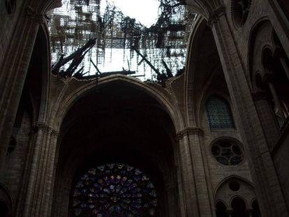 La techumbre dañada por el incendio de la catedral Notre Dame.