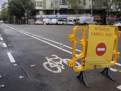 Carril bici en construcción en la calle París.