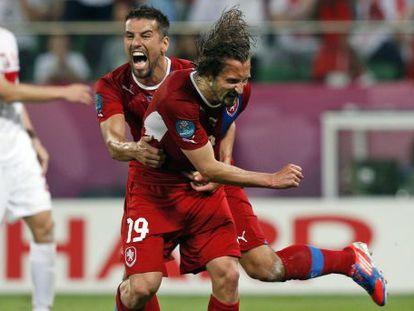 Jiracek celebra el gol de la victoria junto a Baros