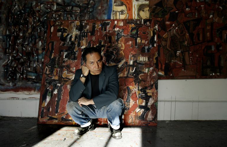 El artista chicano Gronk en su estudio en Los Ángeles, en 2007.