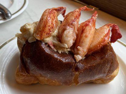'Lobster roll' de bogavante y cangrejo real en el Bar Manero de Madrid. J. C. CAPEL