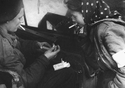 Dita pide fuego a un soldado británico durante la liberación del campo de Bergen Belsen.