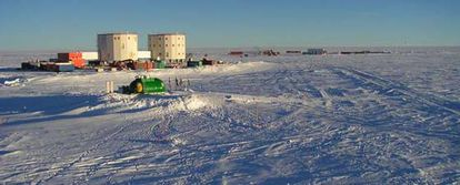 Panorámica de la estación Concordia situada en Domo C, la tercera cima de la meseta antártica. Domo C tiene una elevación de 3.200 metros y está situada 1.100 kilómetros en el interior del continente antártico. Las duras condiciones dejan aislada la base nueve meses al año.