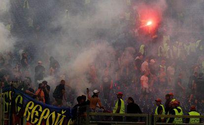 Los aficionados del CSKA encienden bengalas en el Estadio Olímpico de la Roma.