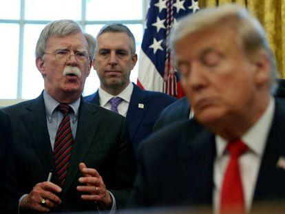 John Bolton, a la izquierda, con el presidente Trump.