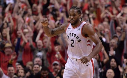 Leonard celebra una canasta en el Raptors-Bucks.