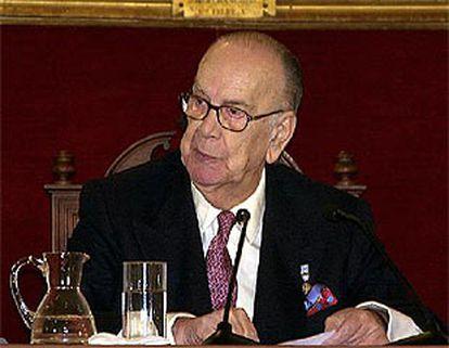El escritor Camilo José Cela, durante una conferencia que en la Academia de la Historia.
