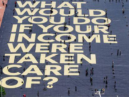 Poster en la plaza de Plainpalais en Ginebra sobre el referéndum del pasado mes de junio en en que los suizos votaron sobre la introducción de una renta básica universal.