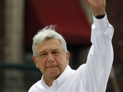 Obrador saluda a sus seguidores.