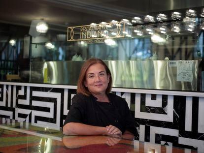Rita Sánchez frente a la cocina del restaurante Indiano.