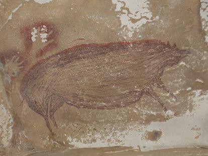 Pintura rupestre de un jabalí verrugoso de Sulawesi de hace al menos 45.500 años en Leang Tedongnge. / Maxime Aubert