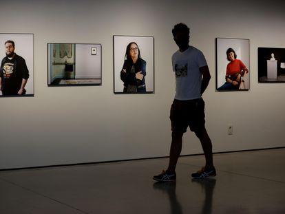 Un visitante recorre este lunes el museo Can Framis de Barcelona la sala con tres de los retratos de Sophie Köhler dedicados a vigilantes de sala.