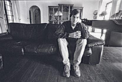 Steve Jobs, fundador de Apple e inventor del Mac, el iPhone, el iPod y el iPad, posa en su casa en 1985.