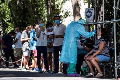 Varias personas esperan para someterse a una prueba PCR en Roma.