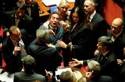 El senador del Movimiento 5 Estrellas, Andrea Cioffi, protesta en la sesión de aprobación de la Ley Electoral