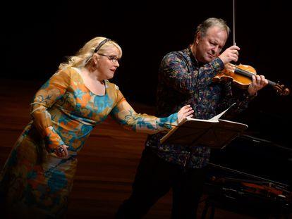 La soprano Anu Komsi y el violinista Sakari Oramo, durante su interpretación de los 'Kafka fragments'.
