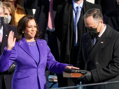 Kamala Harris jura el cargo de vicepresidenta de EE UU con la mano en la biblia sostenida por su esposo, Douglas Emhoff, en el Capitolio.