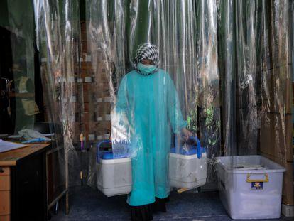 Un médico transporta vacunas contra el coronavirus en Bandung, en la isla indonesia de Java