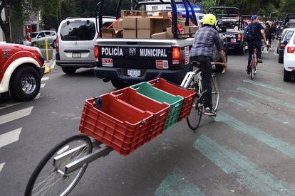 Las bicicletas fueron providenciales  para cargar varias cajas de ayuda, tras el terremoto mexicano.