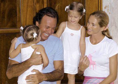 Julio Iglesias y Miranda Rijnsburger junto a sus hijas gemelas Victoria y Cristina, en 2003.