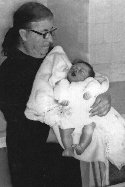 La abuela de Jesús Díaz Carrasco, con el supuesto cadáver de este en brazos, en 1967.