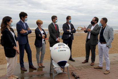 Representantes institucionales y responsables de Google, este martes en Sopela (Bizkaia) durante el inicio del tendido del cable submarino Grace Hopper.