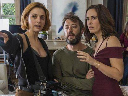 Leticia Dolera, Font García y Celia Freijeiro, preparan el rodaje de una secuencia de la serie 'Déjate llevar'.