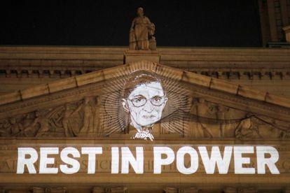 """Una imagen de la juez Ruth Bader Ginsburg sobre la leyenda """"Descanse en poder"""", desplegada en la Corte Suprema de Nueva York."""