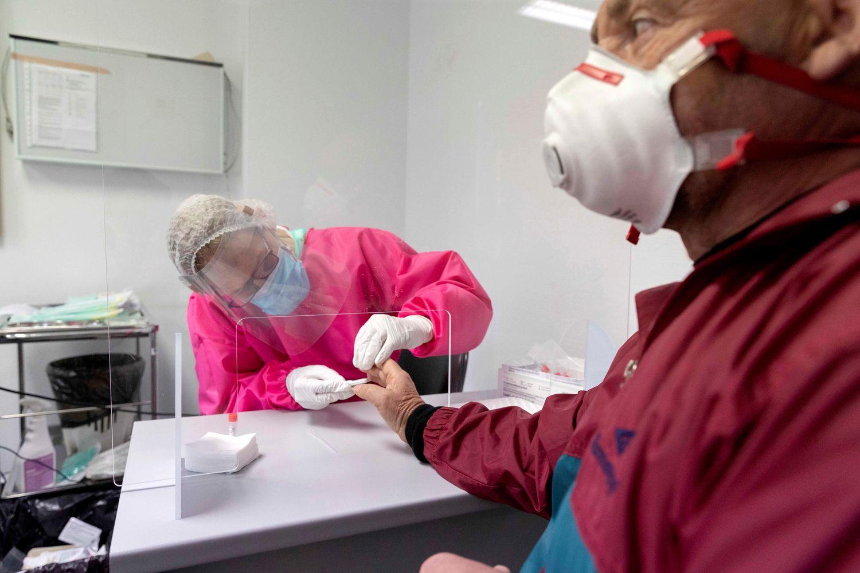 Una enfermera hace un test rápido a un hombre para ver si es portador del coronavirus, este lunes en el centro de salud de San Andrés, Murcia.